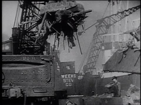 1945 montage workers at a scrap metal facility at a shipyard - フランク キャプラ点の映像素材/bロール