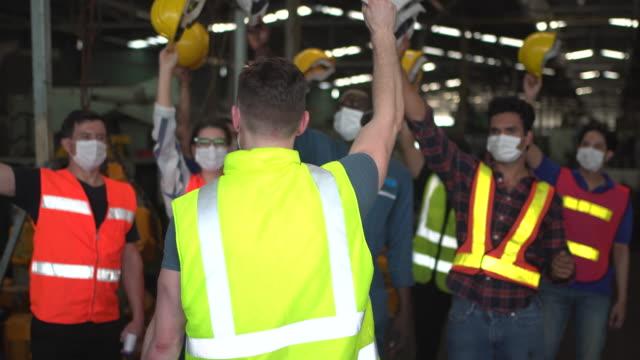 vídeos y material grabado en eventos de stock de trabajadores en el sitio de la fábrica. - fortaleza estructura de edificio