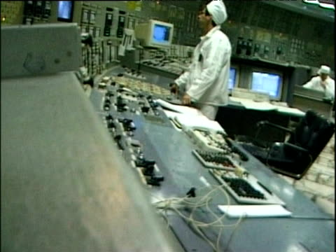 vídeos de stock e filmes b-roll de workers at panels in control room reactor 3 chernobyl - central de energia nuclear
