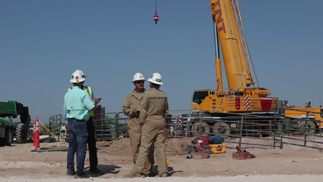 stockvideo's en b-roll-footage met workers at the construction site where a decades-old, plugged and abandoned chevron oil well on ashley watt's cattle ranch in west texas is still... - aquifer
