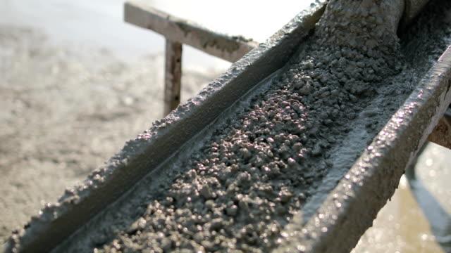 arbeiter an der spitze des gebäudes beton gießen - zement stock-videos und b-roll-filmmaterial