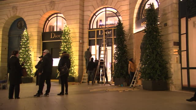 vídeos de stock e filmes b-roll de workers board up exterior windows at dior paris vendome on december 14 2018 to protect from potential damage during protests - praça vendome