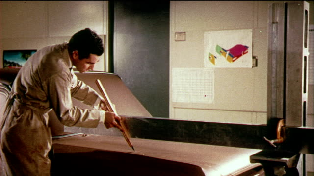 vídeos de stock e filmes b-roll de 1958 montage ms ha workers building general motors car model in clay, carving and attaching details on car hood / usa / audio - general motors