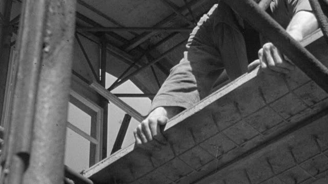 vídeos y material grabado en eventos de stock de 1945 b/w montage workers building prefabricated homes, and models of prefabricated homes / coventry, west midlands, england - coventry