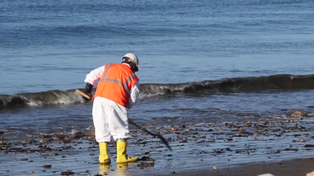 vídeos y material grabado en eventos de stock de workers clean oil from an oil spill into the waters of the pacific ocean at refugio state beach on may 23 2015 in goleta california california gov... - limpieza ambiental