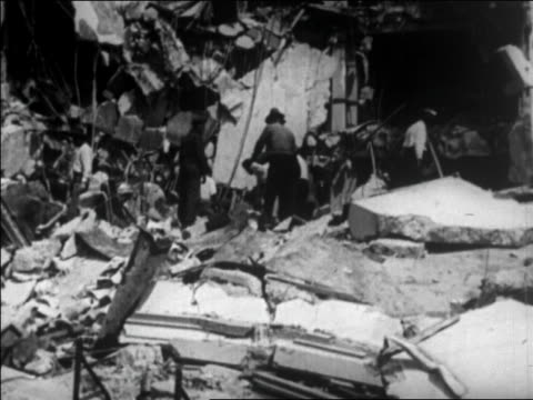 workers clearing debris from destroyed building after earthquake / santa barbara, ca - anno 1925 video stock e b–roll