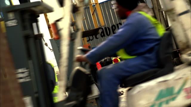 vídeos de stock, filmes e b-roll de workers converse in a shipyard. available in hd. - aço