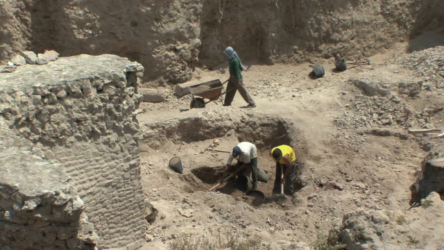 ws ha workers digging at excavation site in roman ruins, alexandria, egypt - 掘る点の映像素材/bロール