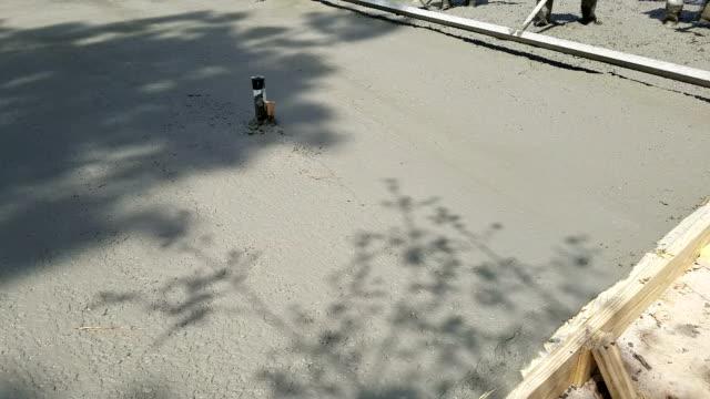 Werknemers Sleep en niveau vers gegoten cement gebouw van de Stichting.