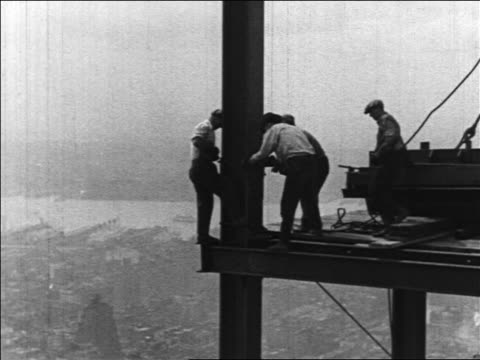 B/W 1930/31 workers fastening beam in Empire State Bldg construction / NYC / industrial