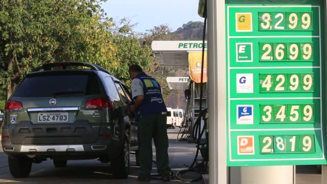 vídeos de stock, filmes e b-roll de workers fill tanks and service cars at a petrobras gas station in botafogo neighborhood rio de janeiro brazil - baía de guanabara