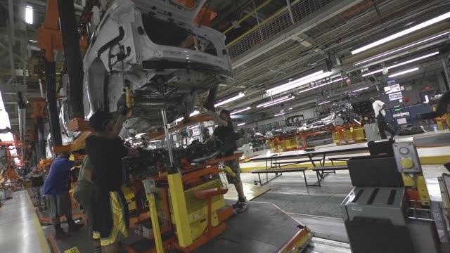 stockvideo's en b-roll-footage met uaw workers fit the drive train of fca jeeps to the vehicle body on a moving assembly line in the jefferson north assembly plant - chrysler
