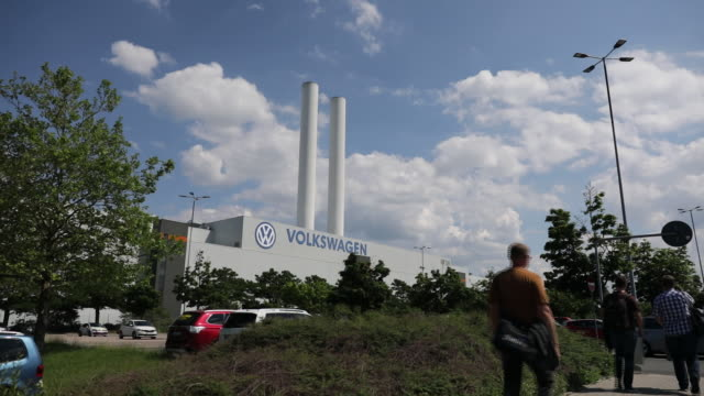 workers going to volkswagen ag factory zwickau sachsen germany on monday june 17 2019 - sachsen stock-videos und b-roll-filmmaterial