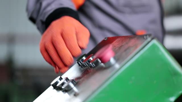 stockvideo's en b-roll-footage met de hand van de werknemer regelt de pers in de fabriek. - productielijn werker