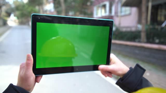 vídeos de stock, filmes e b-roll de trabalhadores entregam homem no tablet de tela verde turquia- - modelo web