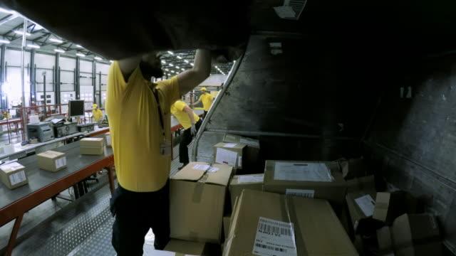 Time-lapse trabajadores en un almacén de comercialización y clasificación de paquetes en la cinta transportadora