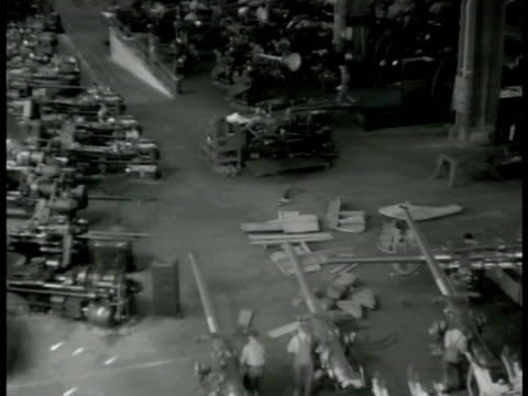 vidéos et rushes de workers in machine shop cannon construction. singaporean harbor barbed wires fg. soldier working in long ammunition storage room rows & rows of... - 1942