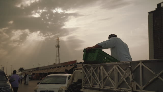 workers in outdoor port and market - dockarbeiter stock-videos und b-roll-filmmaterial