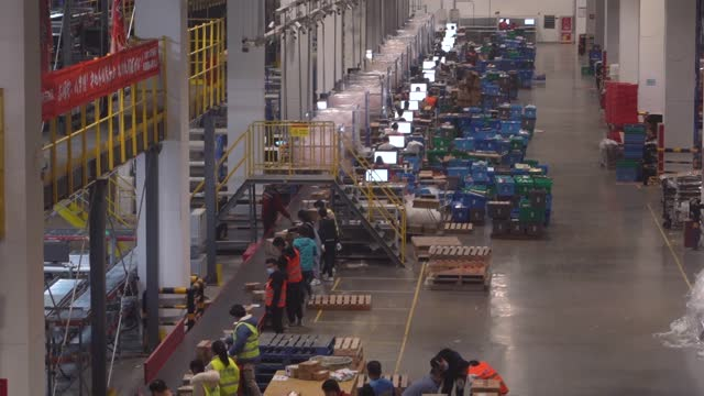 workers in the automated logistic centre of chinese e-commerce giant jd, on november 11 in beijing, china. november 11, also knows as singles' day,... - automated stock videos & royalty-free footage