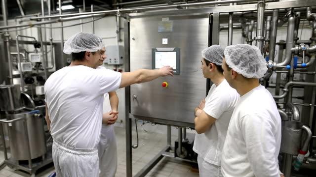 コントロール ステーションで食品工場の労働者。教育、ミーティング、友情 - ステンレス点の映像素材/bロール