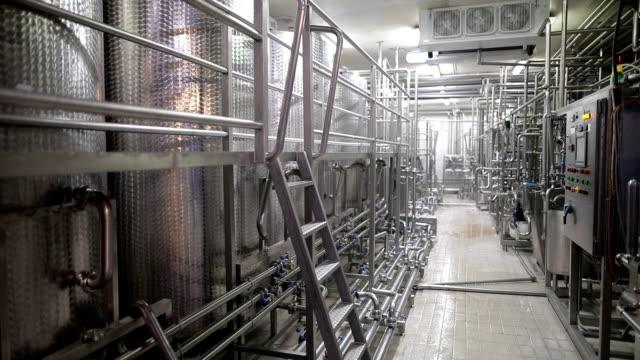 食品工場の労働者 - ステンレス点の映像素材/bロール
