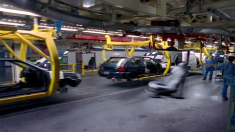 t/l, ms, workers inserting car seats at car assembly line, dagenham, england - mellanstor grupp av människor bildbanksvideor och videomaterial från bakom kulisserna