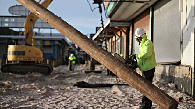 vídeos y material grabado en eventos de stock de workers install new pilings for boardwalk. seaside heights, new jersey. february 19, 2013. new jersey shore still heavily damaged months after... - escombros