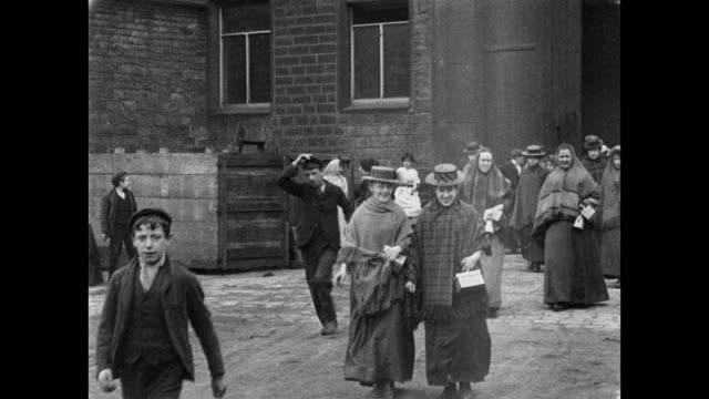 1900 - workers leaving cheatham's bankwood mill - 英格蘭 個影片檔及 b 捲影像