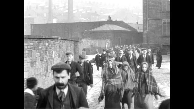 vidéos et rushes de 1900 - workers leaving haslam's ltd - angleterre