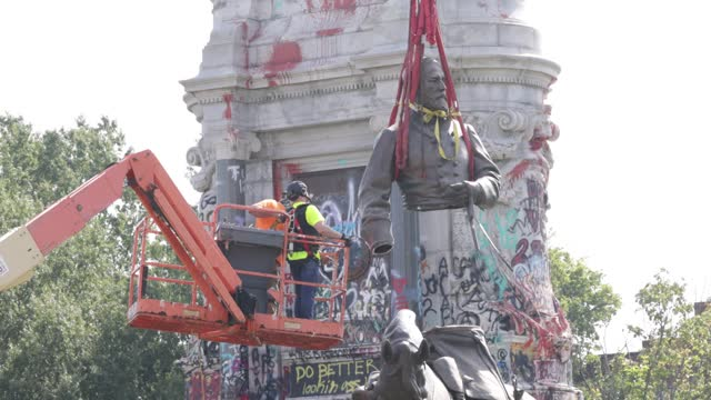 workers lift the torso after it was sawed off from the statue of robert e. lee during a removal at robert e. lee memorial september 8, 2021 in... - virginia us state stock videos & royalty-free footage