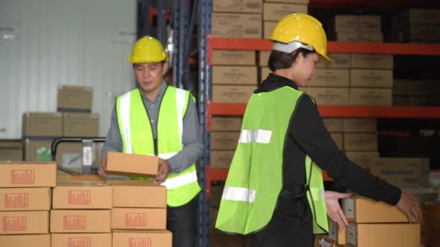 arbeiter verladen die kisten auf palettenwagen im lager - hubwagen stock-videos und b-roll-filmmaterial