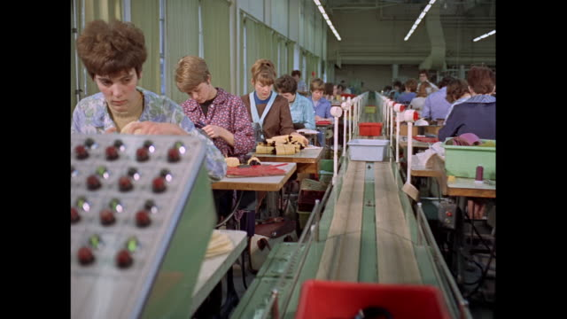 montage workers mass producing plastic shoes in factory in united kingdom - fließbandfertigung stock-videos und b-roll-filmmaterial