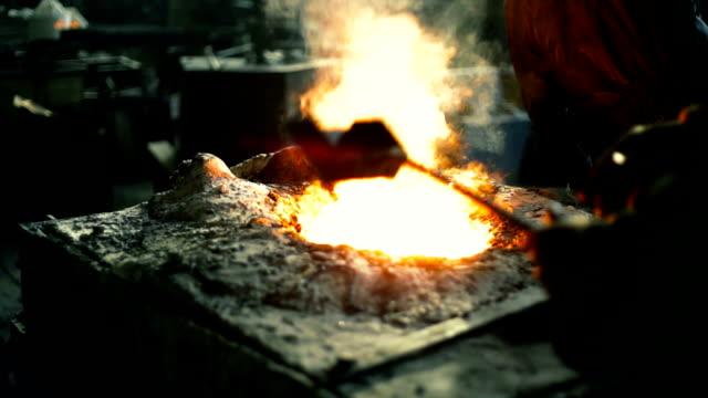 Travailleurs fondre dans la fonderie en métal