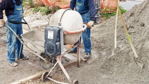 vídeos y material grabado en eventos de stock de time-lapse trabajadores mezcla y verter concreto en el sitio de construcción - material de construcción