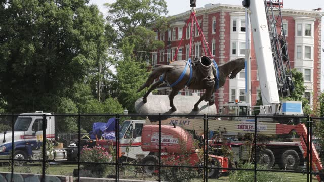 workers move the statue of robert e. lee to a flatback truck during a removal at robert e. lee memorial september 8, 2021 in richmond, virginia. the... - virginia us state stock videos & royalty-free footage