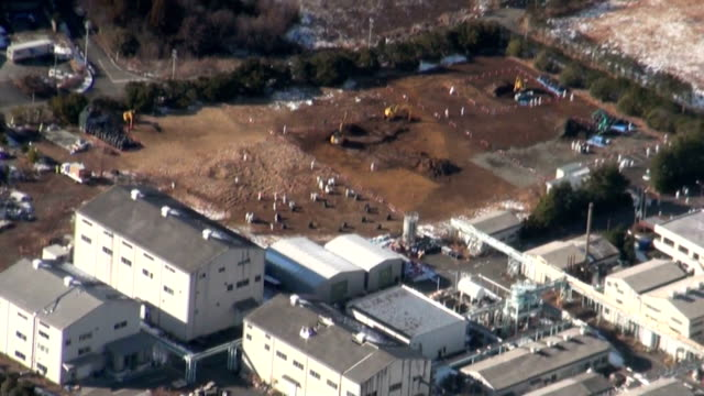 vidéos et rushes de workers on tuesday launched the construction of interim facilities near the crippled fukushima daiichi nuclear plant to store contaminated soil and... - centrale nucléaire