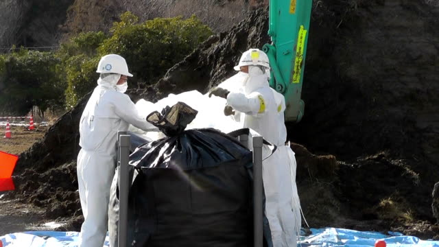 vidéos et rushes de workers on tuesday launched the construction of interim facilities near the crippled fukushima daiichi nuclear plant to store contaminated soil and... - énergie nucléaire