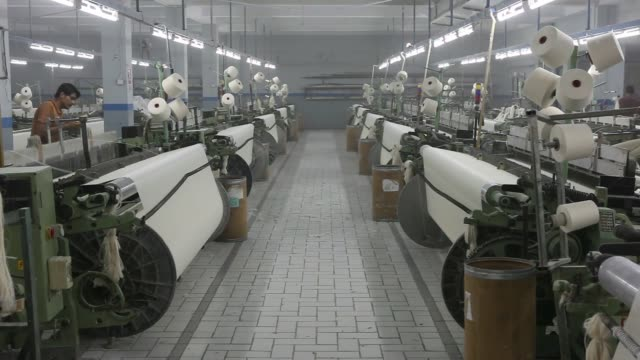 vidéos et rushes de workers operate textile looms at dl nash ltd a textile manufacturer in karachi pakistan on saturday sept 10 a worker maintains a textile loom a... - usine textile