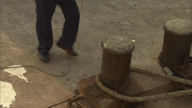 ms td tu workers placing loop of heavy rope around fixture on dock, yuhuan county, zhejiang, china - förtöjd bildbanksvideor och videomaterial från bakom kulisserna