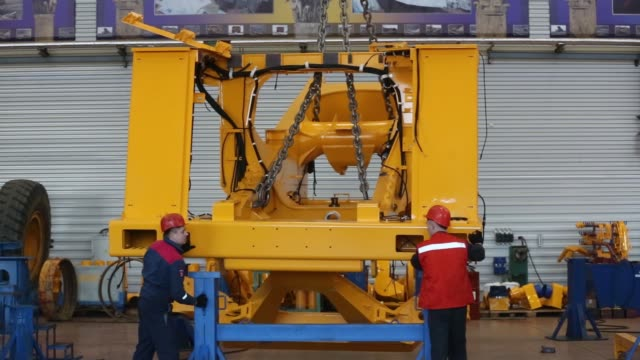 vídeos y material grabado en eventos de stock de workers position the chassis of a mining dump truck during the early stages of assembly at the belarusian autoworks belaz ojsc heavy vehicle plant in... - heavy goods vehicle