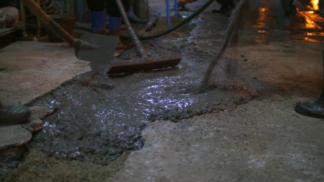 Werknemers natte beton gieten in de vloer