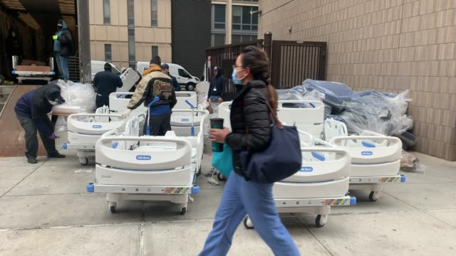 workers prepare dozens of extra medical beds as they are delivered to mount sinai hospital amid the coronavirus pandemic on march 31, 2020 in new... - epidemic stock-videos und b-roll-filmmaterial