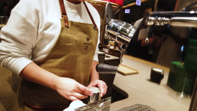 workers prepare food and drinks during a media preview at starbucks reserve roastery on november 12 2019 in chicago illinois with 35000 square feet... - barista stock-videos und b-roll-filmmaterial
