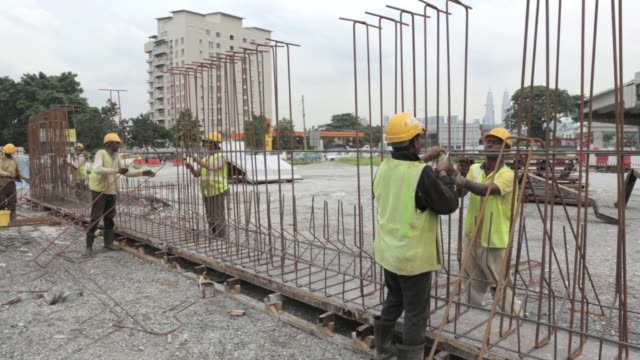 vídeos de stock e filmes b-roll de workers prepare reinforcing steel at the construction site of the ekovest bhd ekotitiwangsa residential development in kuala lumpur malaysia on... - kuala lumpur