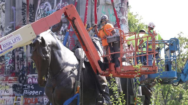 workers prepare the statue of robert e. lee to be removed from robert e. lee memorial september 8, 2021 in richmond, virginia. the commonwealth of... - virginia us state stock videos & royalty-free footage