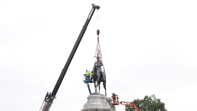 workers prepare the statue of robert e. lee to be removed from the pedestal at robert e. lee memorial september 8, 2021 in richmond, virginia. the... - virginia us state stock videos & royalty-free footage