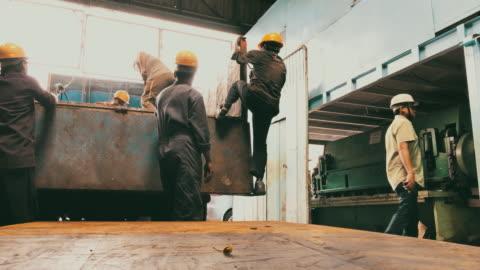 arbetstagare som förbereder sig för att ladda stålplåt på lastbilen vid en fabrik - indien bildbanksvideor och videomaterial från bakom kulisserna