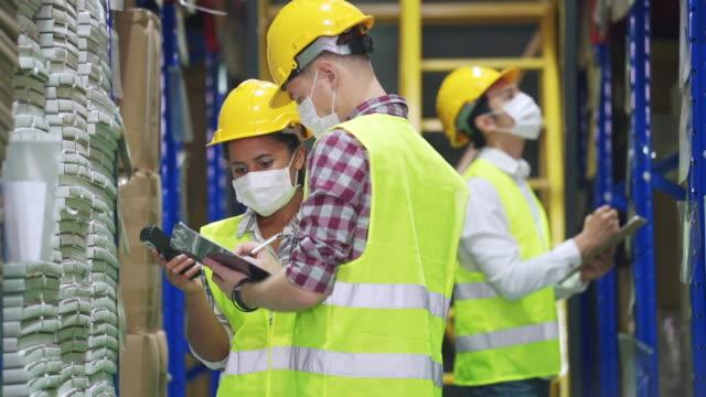 arbeitskräfte scannen und überprüfen waren warenbestände im lagerbestand im regal - kopfbedeckung stock-videos und b-roll-filmmaterial