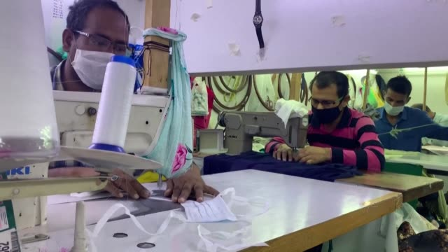 stockvideo's en b-roll-footage met workers sew protective masks at a factory in gulf emirate of sharjah in the united arab emirates amid the covid19 coronavirus pandemic - perzische golfstaten