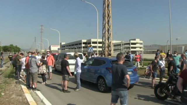 stockvideo's en b-roll-footage met workers stage a protest at nissan's barcelona plant as the japanese carmaker has decided to shut the factory where 3,000 people are employed - plant stage